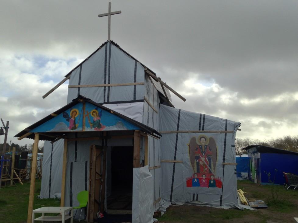 """كنيسة القديس ميخائيل: مخيم """"جنغل"""" للاجئين، كاليه، فرنسا. الصورة  من القس سيمون جونز، نوفمبر 2015."""
